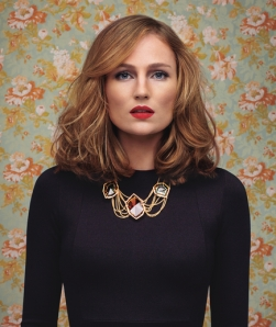 I adore this retro-inspired wave, bold lip and necklace combo!