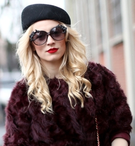 This chick is rockin' the military hat, and making a fab splash with the vintage-inspired sunglasses and bold red lips!